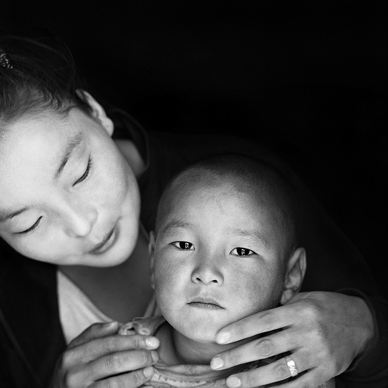 © Christine Turnauer - Erdenebayar with her son Zamlen, Mongolia, 2013, Coal pigment print, edition of 12
